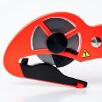 Det utbytbara skärbladet skyddas av ett plasthölje när verktyget inte används.