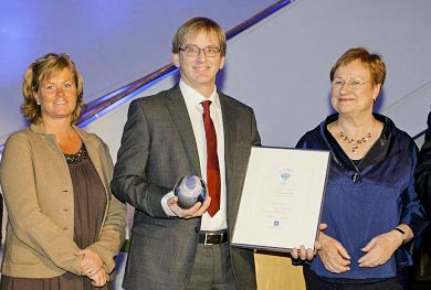 Martin Bergstrand receives the award Quality Innovation of the Year 2001 from the Finnish president Tarja Halonen.