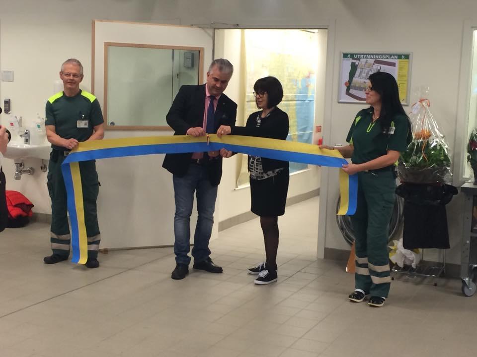 S-Cut hade sin roll i invigningen av landets modernaste ambulansstation. Fredrik Larsson, landstingsstyrelsens ordförande, och Elisabeth Kihlström, ordförande i sjukhusutskottet, hjälps åt att skära av bandet – med en S-Cut. På bilden syns även Kenneth Englund och Gunnel Stake.